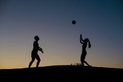 Pojke och flicka som spelar volleyboll på helgen royaltyfri foto