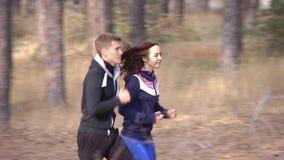 Pojke- och flickaspring på en skogbana stock video