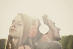 Pojke och girll som lyssnar till musik Royaltyfria Foton