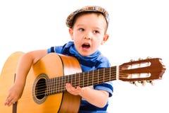 Pojke och gitarr royaltyfri bild