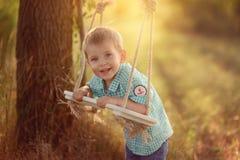 Pojke och gunga Fotografering för Bildbyråer
