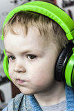 Pojke och hörlurar Fotografering för Bildbyråer