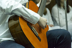 Pojke och hans akustiska gitarr Arkivfoto