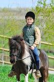 Pojke och hans Shetland ponny arkivfoton