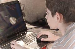 Pojke och hemdator Arkivbilder