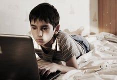 Pojke och hemdator Arkivfoton