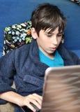 Pojke och hemdatorn Arkivfoton
