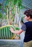 Pojke och kaktus Royaltyfria Foton