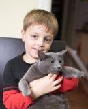 Pojke och katt Arkivbilder