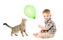 Pojke- och kattlekballong Arkivbild