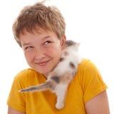 Pojke och kattunge Arkivbild