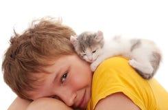 Pojke och kattunge Royaltyfri Foto