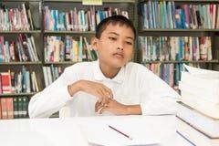 Pojke och läxa royaltyfria foton