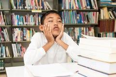 Pojke och läxa arkivbild