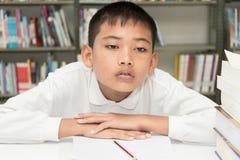 Pojke och läxa royaltyfri bild