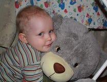 Pojke och nalle Fotografering för Bildbyråer