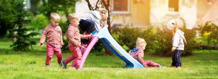 Pojke och pojke som spelar på trädgården Royaltyfri Fotografi