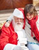 Pojke och Santa Claus Using Smartphone Arkivfoto