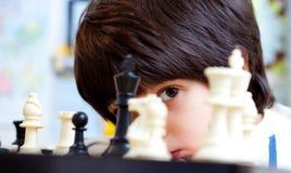 Pojke och schack Arkivfoton