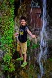 Pojke och vattenfall Royaltyfria Bilder