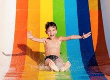 Pojke på aquaparken Arkivfoto
