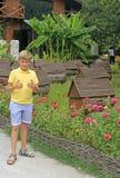 Pojke på bikupan på vägen till sjön Ritsa royaltyfria bilder