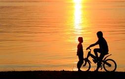 Pojke på BMX-silhouettebakgrund Arkivfoto