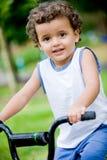 Pojke på cykeln fotografering för bildbyråer