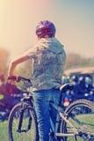 Pojke på cykeln i soluppgång. Arkivbild