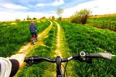 Pojke på cykeln på landsvägen i solig dag Royaltyfria Bilder