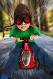 Pojke på den tävlings- bilen för toy Royaltyfri Fotografi