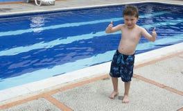 Pojke på den utomhus- simbassängen Arkivfoton