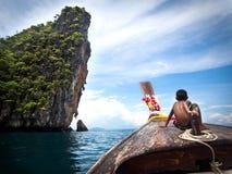 Pojke på det Longtail fartyget i Ko Phi Phi, Thailand Royaltyfri Foto