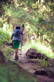 Pojke på en fotvandra slinga i berget Rila Royaltyfri Bild