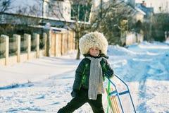 Pojke på en kall dag i en pälshatt Fotografering för Bildbyråer