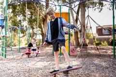 Pojke på en lekplats som känner sig ensam fotografering för bildbyråer