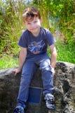 Pojke på en monument Royaltyfri Foto