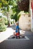 Pojke på en motorcykelrullstol Royaltyfria Bilder