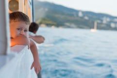 Pojke på en ship Arkivbild