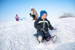 Pojke på en snö Arkivfoto