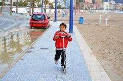 Pojke på en sparkcykel Royaltyfri Fotografi
