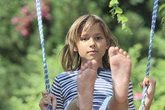 Pojke på en swing royaltyfria foton