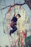 Pojke på en trampolin fotografering för bildbyråer