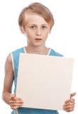 Pojke på en vit bakgrund med tom boad Arkivbild