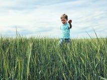 Pojke på fältet av råg Arkivfoton