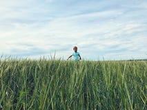 Pojke på fältet av råg Fotografering för Bildbyråer