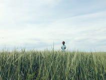 Pojke på fältet av råg Arkivfoto