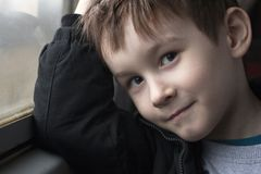 Pojke på fönstret som ler ståenden arkivbild
