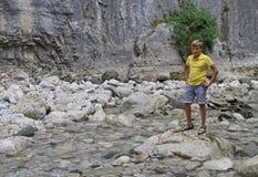Pojke på floden Iupshara i Abchazien Arkivbilder