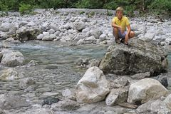 Pojke på floden Iupshara i Abchazien Arkivfoto